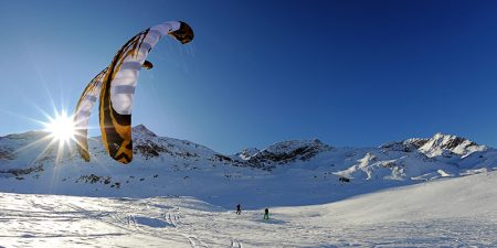 Sport Aktuell Snowkiter am Berninapass in den Engardiner Bergen (bei St Moritz) in der Schweiz im Bild  Flysurfer Team – Fahrer Peter Müller